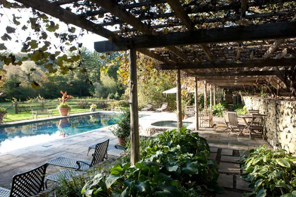 Love rectangular pool, stone wall with arbor