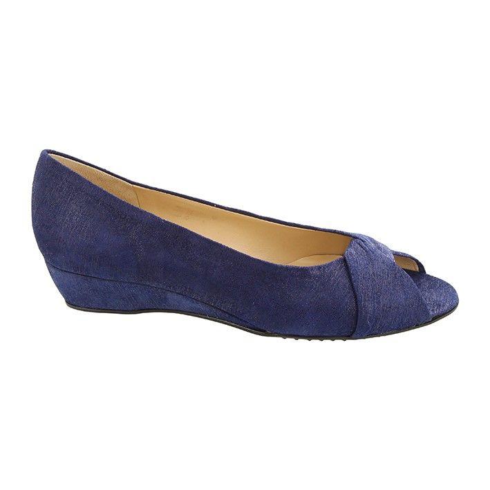 Skøn sandal fra Brunate i smuk blå glimmer nubuck med åben tå og kilehæl…