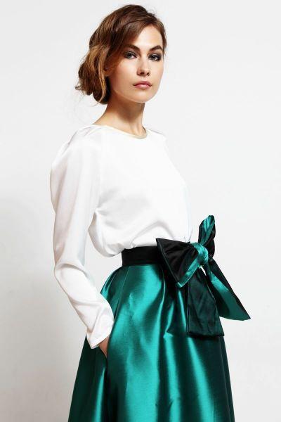 136e9d6e3d111 Blusa blanca con mangas abullonadas y ribete dorado en el cuello para  invitadas boda y nochevieja