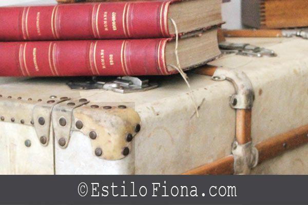 Decoración estilo vintage con maletas y libros.