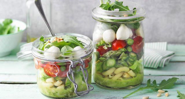 Geschichteter Grüner Spargel-Nudel-Salat im Glas
