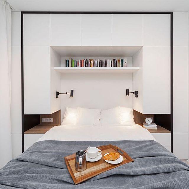 deze kleine moderne slaapkamer is voorzien van een strakke multifunctionele wandkast zie link in bio