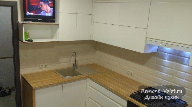 Дизайн белой кухни 7 кв. м с телевизором и ПММ в Витебске ...