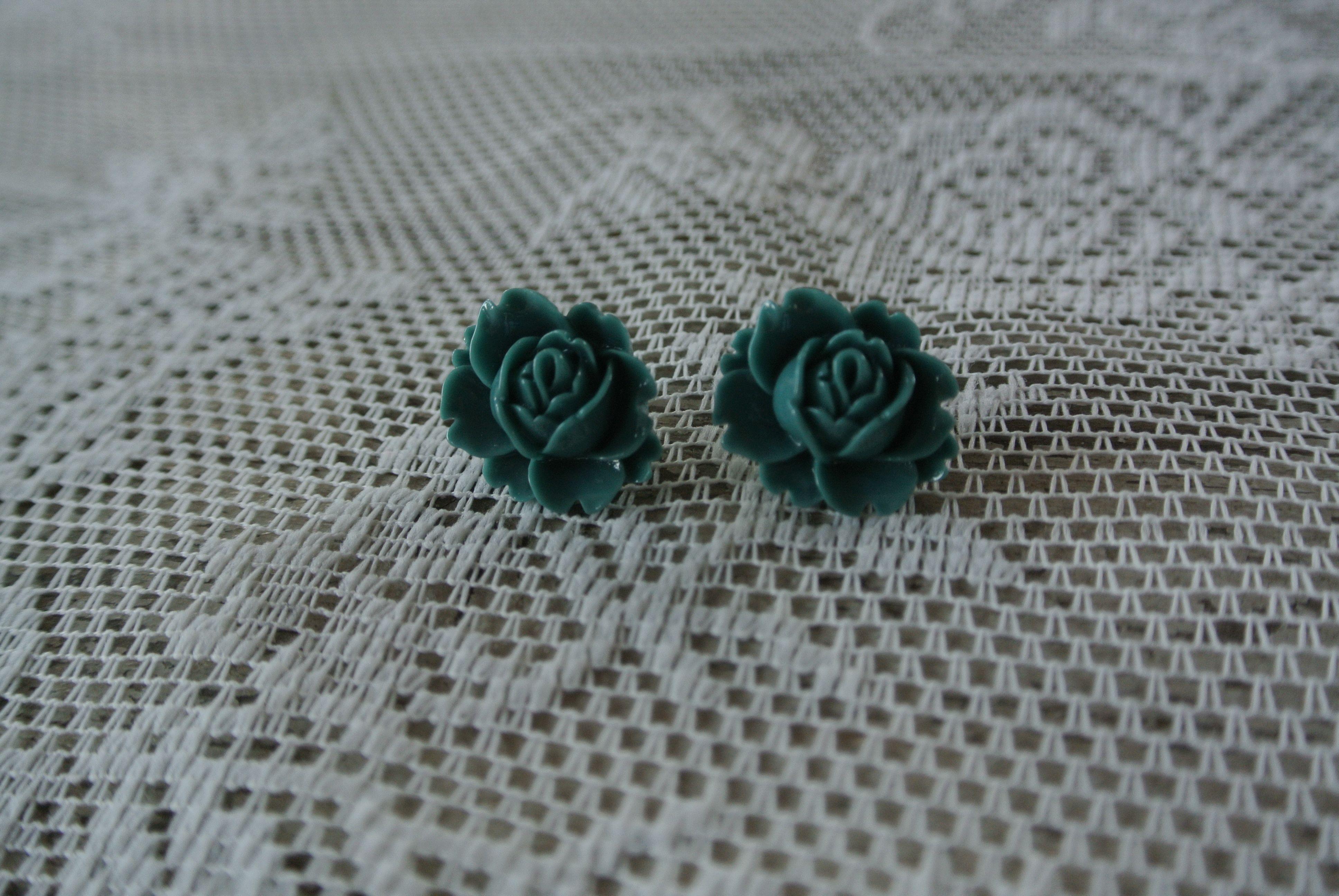 JOOS. Cute earrings.