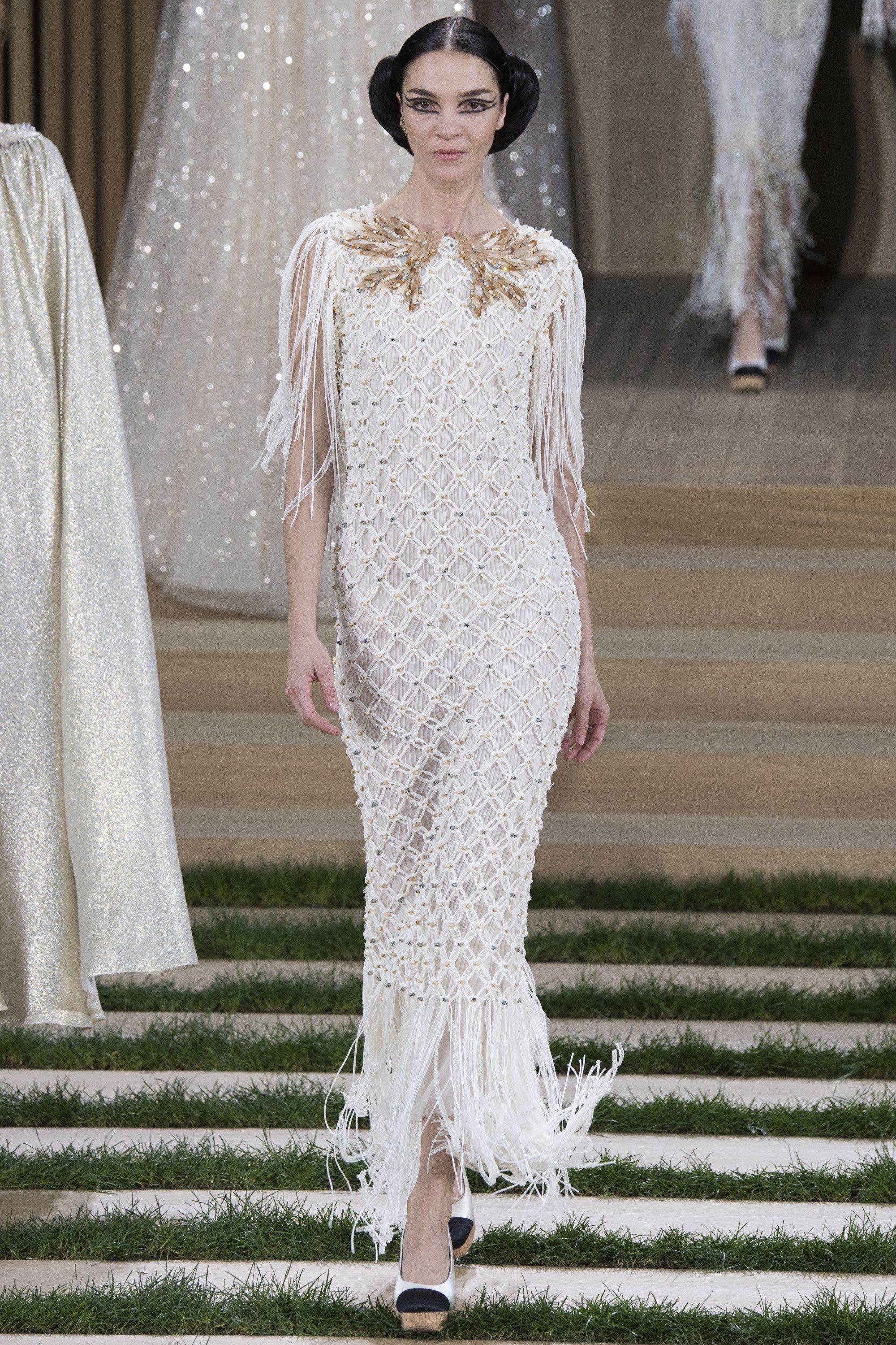 Chanel Spring 2016 Couture Fashion Show - Mariacarla Boscono (Viva) loving the 70's and 40's feel of this dress, ready for dancing!