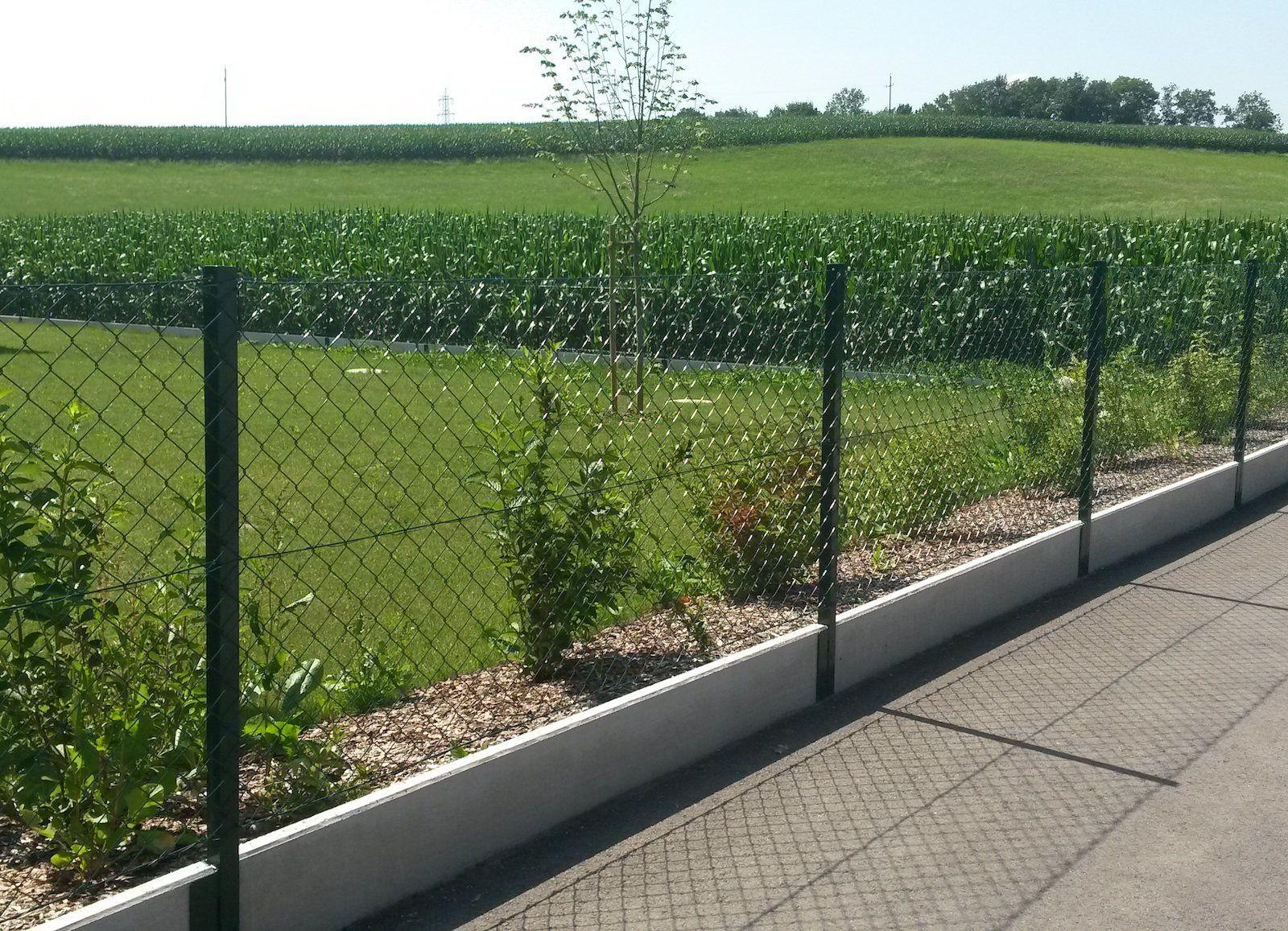 Bildergebnis für maschendrahtzaun mit Betonsockel | Fischer garten ...
