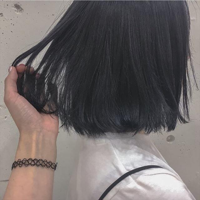 ネイビーアッシュの髪色に染めた女性のヘアカラーサンプル画像3 髪