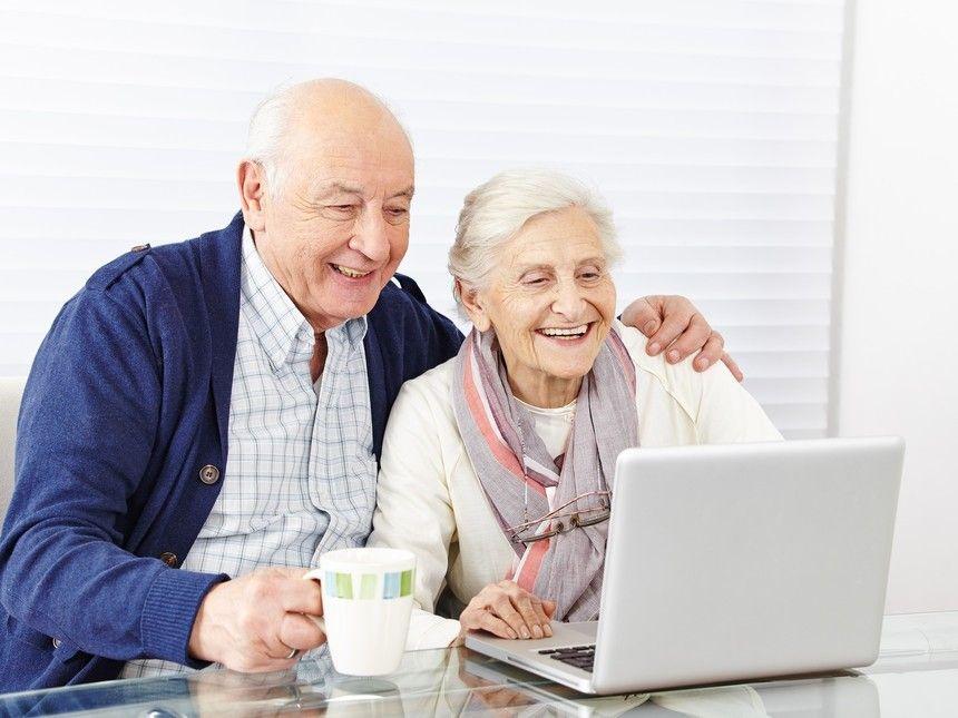 Dos ancianos de compras por internet