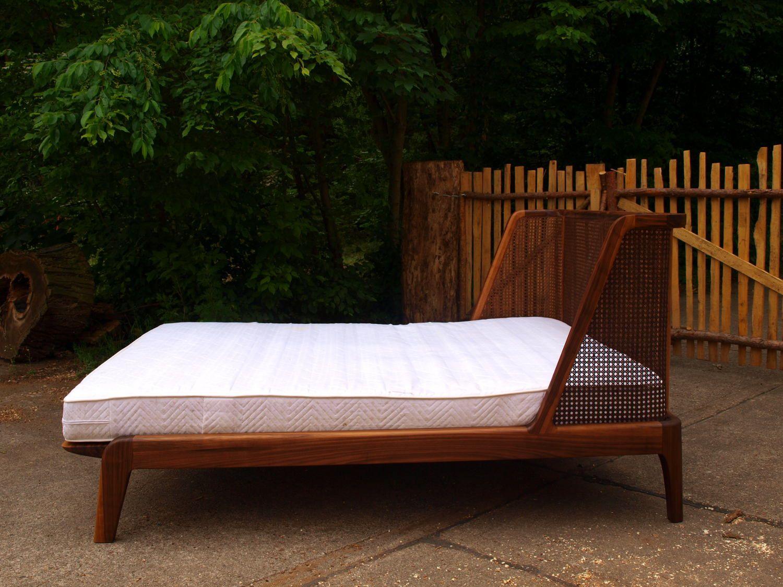 Bett mit einem Kopfteil aus Wiener Geflecht/Rattan | Betten ...