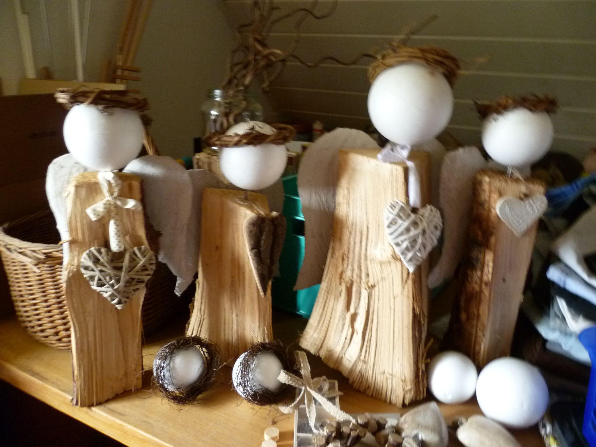 holzscheit engel deko aus holz und natur christmas. Black Bedroom Furniture Sets. Home Design Ideas
