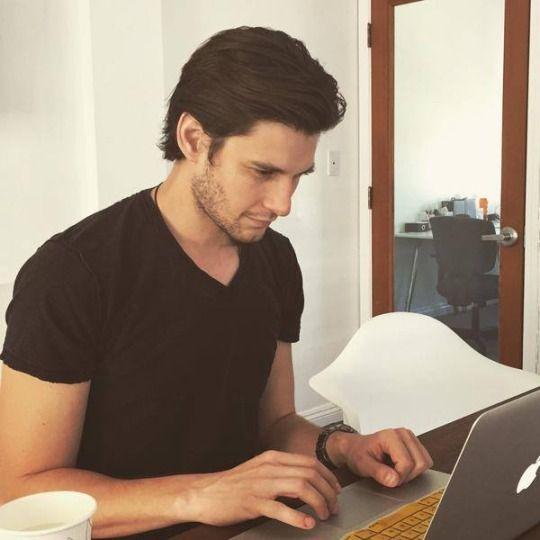 Ben Barnes Reading His Facebook Page Ben Barnes As Cronicas De