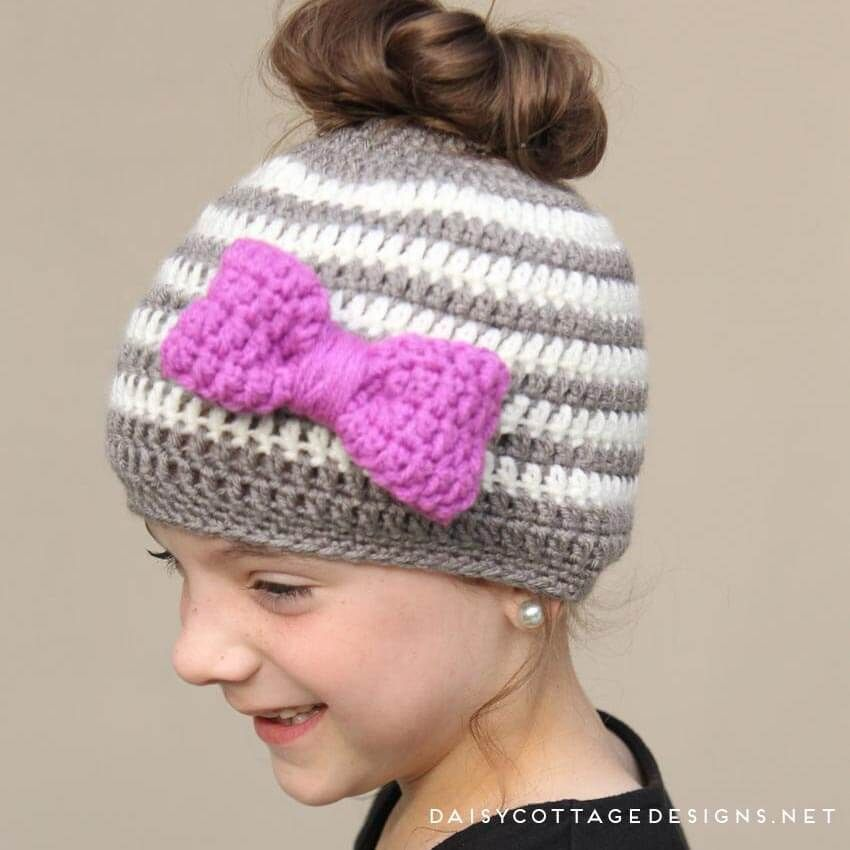 Kids Messy Bun Hat Crochet Pattern #kidsmessyhats Use this messy bun hat crochet pattern to make a fun hat for your little girl. This ponytail hat is the perfect way to keep your little girl's head warm! #kidsmessyhats