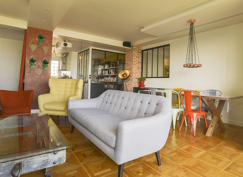 salon industriel chic et color les meubles en m tal noir soulignent un fauteuil jaune au style. Black Bedroom Furniture Sets. Home Design Ideas