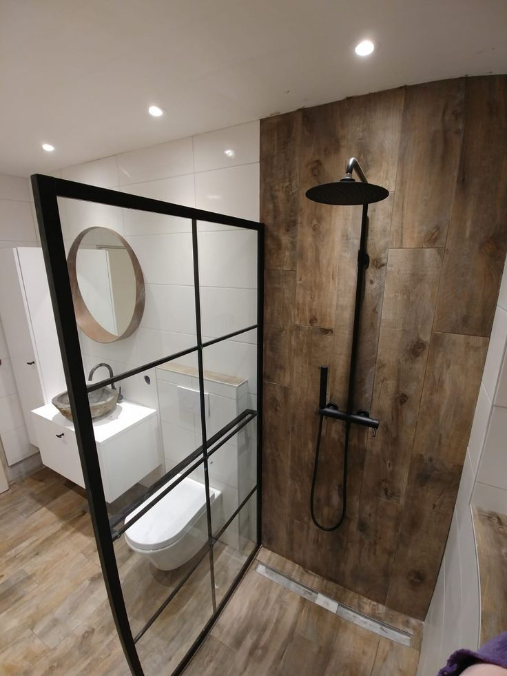 Ich mag dies für die schwarzen Oberflächen und die Duschwand aus Porzellanimitatholz - #badezimmerrenovierungen #badkamerinspiratie