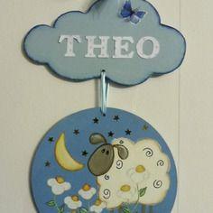 plaque de porte pour chambre de garçon - nuage et rond en bois - décoration mouton - bleu