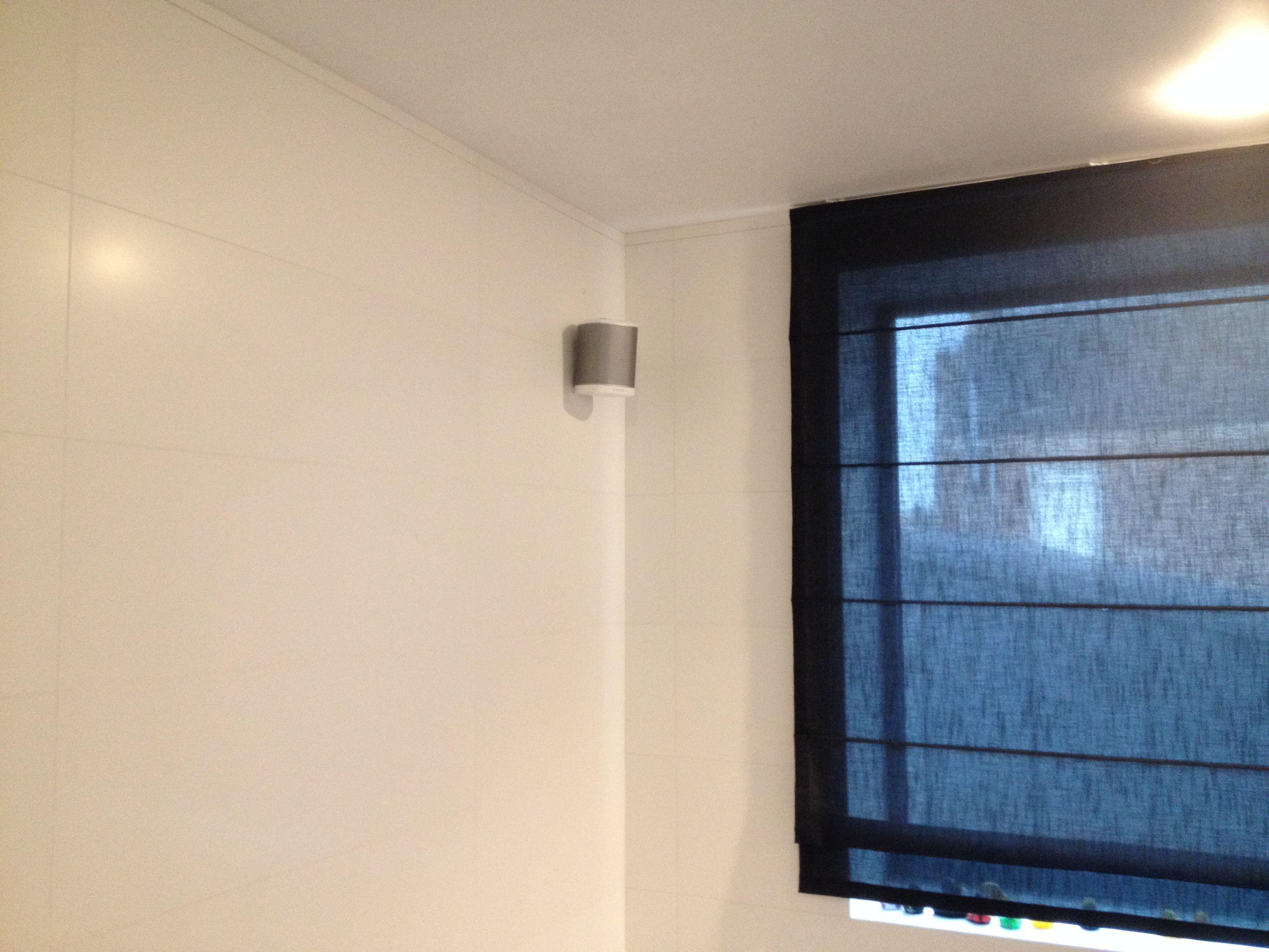 Sonos Play:1 speaker gemonteerd op een muurbeugel van Cavus | Overal ...