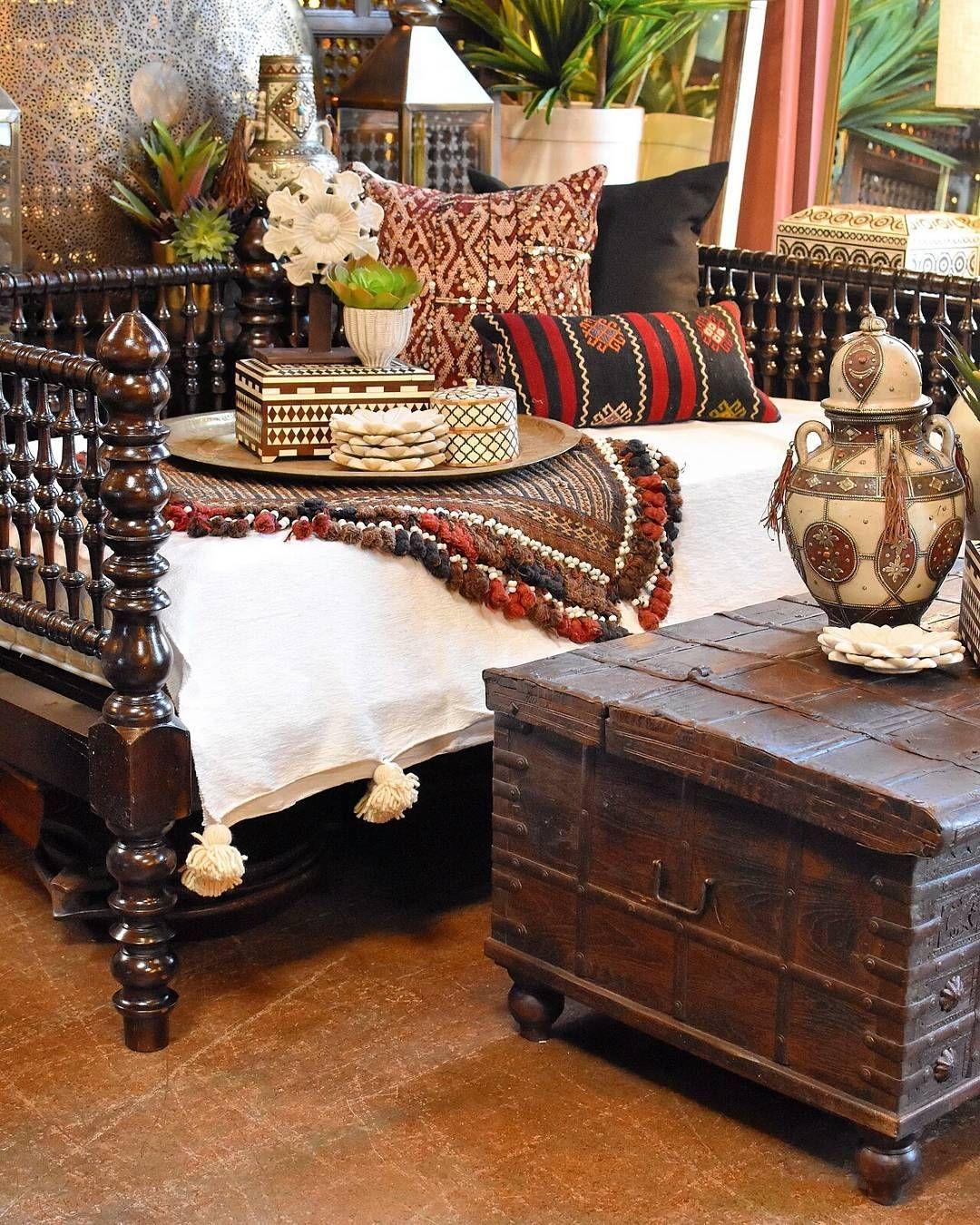 Tagesbett Drama Dieses Twin Size Daybed Ist Aus Antiken Indischen Bettteilen Gefertigt Room Inspiration Global Decor Kilim Pillows Bedroom