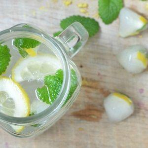 Zitronenlimonade mit Zitronenmelisse