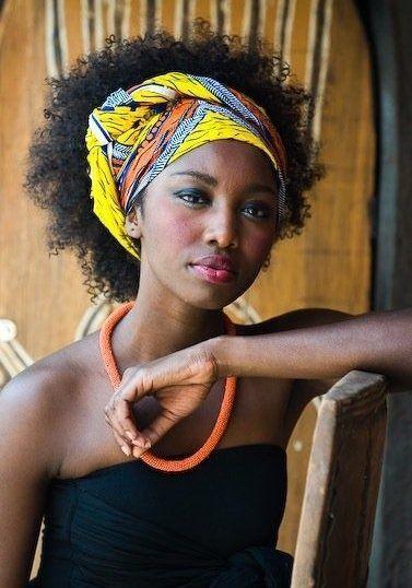 ccc0048a879 Comment nouer un foulard cheveux afro dans ses cheveux sur la tête ou  autour du cou. Nouer un foulard sur cheveux afro