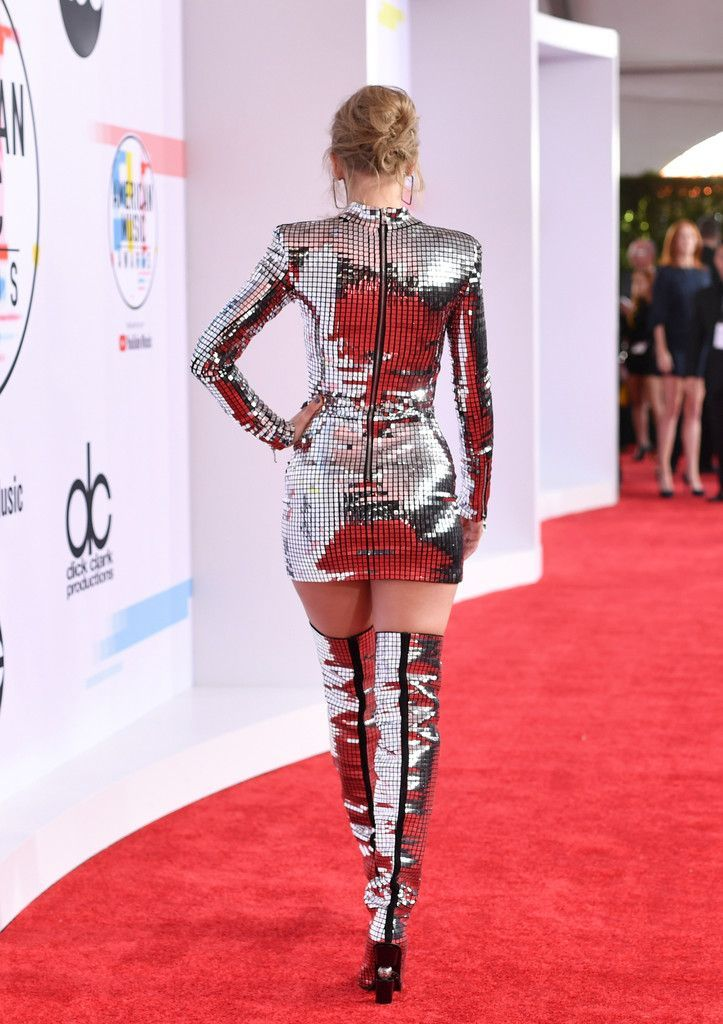 Taylor Swift Photos Photos: 2018 American Music Awards - Red Carpet -  Taylor Swift Photos – Taylor Swift, fashion detail, attends the 2018 American Music Awards at Mic - #American #Awards #Carpet #CelebrityStyle2018 #CelebrityStylemen #CelebrityStylenight #CelebrityStyleparty #Music #Photos #red #Swift #Taylor