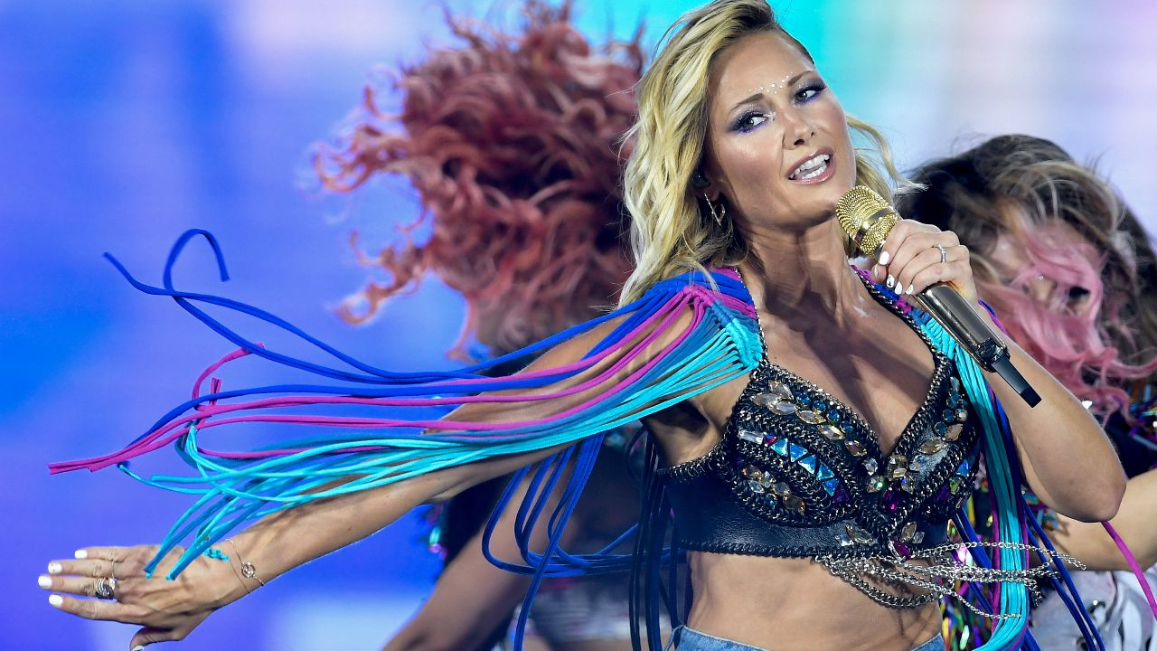 Helene Fischer tanzt auf der Bühne im Olympiastadion