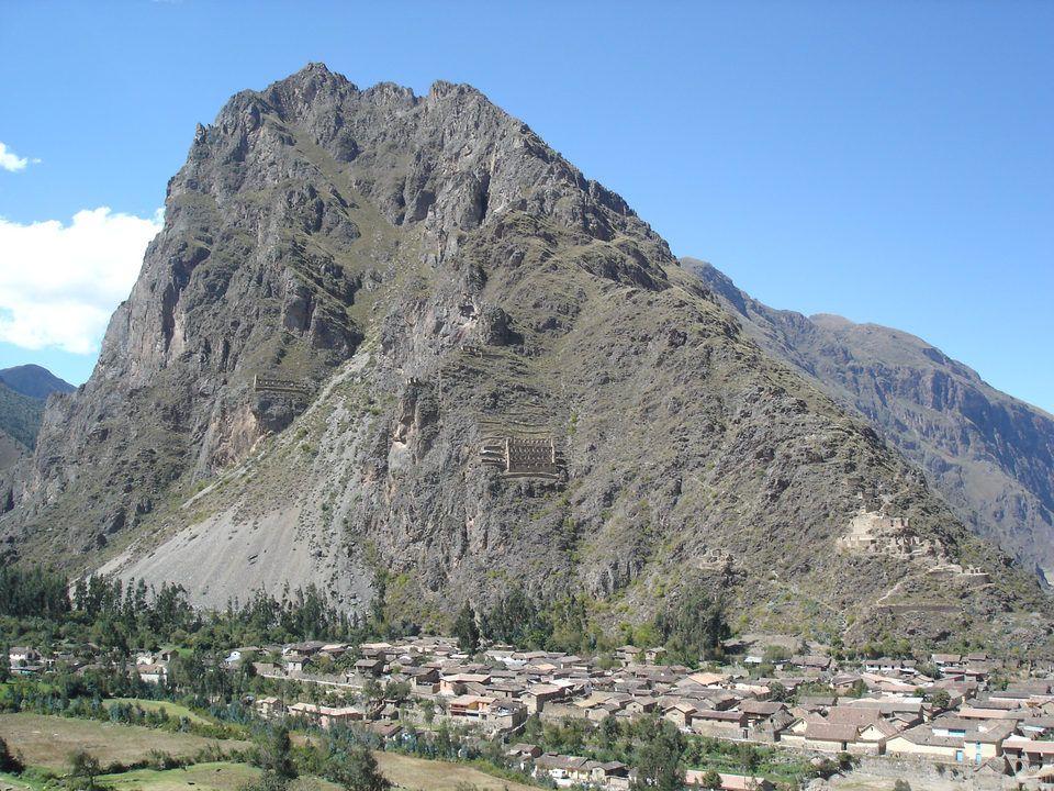En el extremo opuesto a Písac y a 80 Kms. de la ciudad del Cusco encontramos el pueblo de Ollantaytambo,