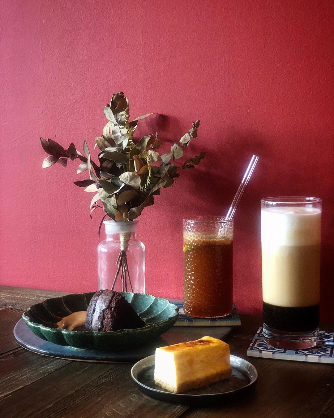 . 🔎#國王蝴蝶秘密基地  真的有秘密基地的感覺💗 ⚜️有機檸檬西西里冰咖啡 $ 160 ⚜️哲學冰奶茶 $ 180 (這杯是黑糖珍奶😆) ⚜️法式軟巧克力蛋糕 ⚜️焦糖重乳酪 _______________________________________________________
