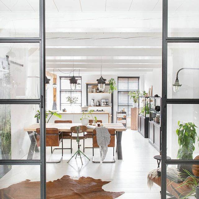 cucina e sala da pranzo chiusa con una parete divisoria in vetro ...