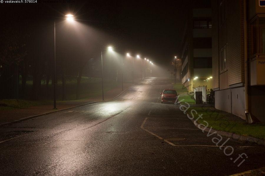 Maariankatu Naantali - Naantali sumu pimeä kaupunki katu valo heijastaa katuvalo asfaltti parkkiruutu syksy marraskuu kostea märkä