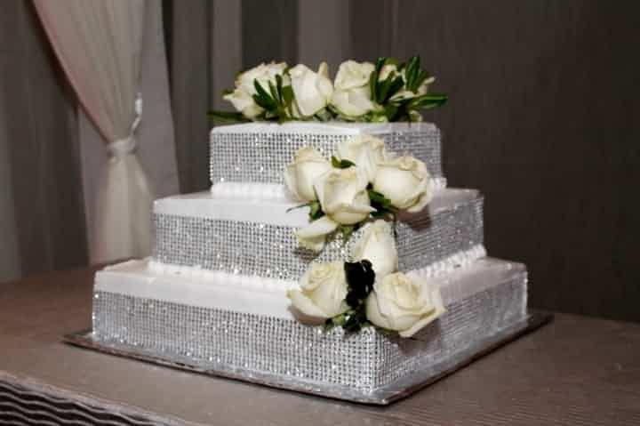 ¿Quieres un pastel de bodas muy original? Entonces no puedes perderte este artículo: te mostramos los deliciosos diseños de las tartas nupciales geométricas. ¡Postres que deleitan todos los sentidos!