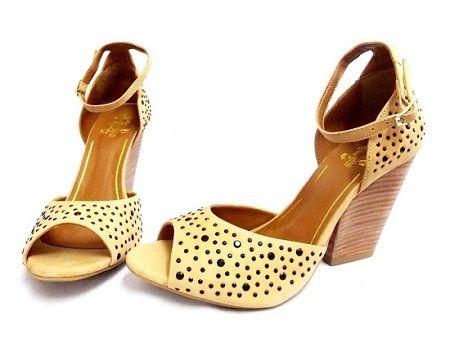 Sandália tachas e salto confortável