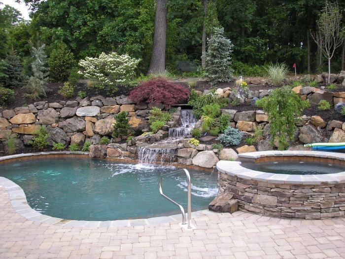gartengestaltung mit steinen am hang, schwimmbecken mit whirlpool, Gartenarbeit ideen