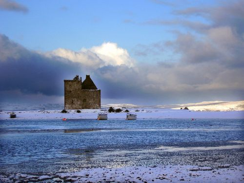 Lochranza Castle, Isle of Arran in the middle of winter. Yes it snows on the   islands. This pic s/b maybe on my board A Scottish Castle, or MacBrides of Arran board but this is such a great pic.