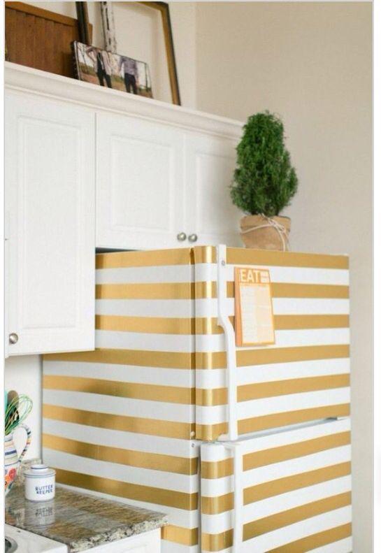 Con la ayuda de pintura en aerosol  y cinta adhesiva puedes crear una única refrigeradora.