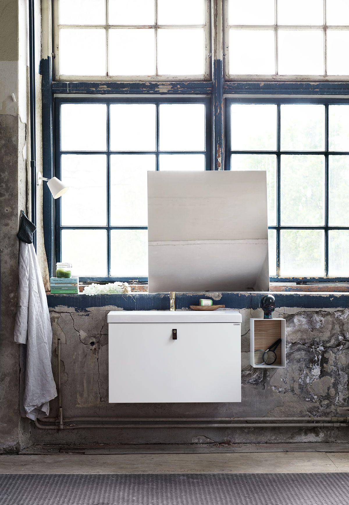 Badrumsmöbler från serien bright, här i utförandet slät vit med ...