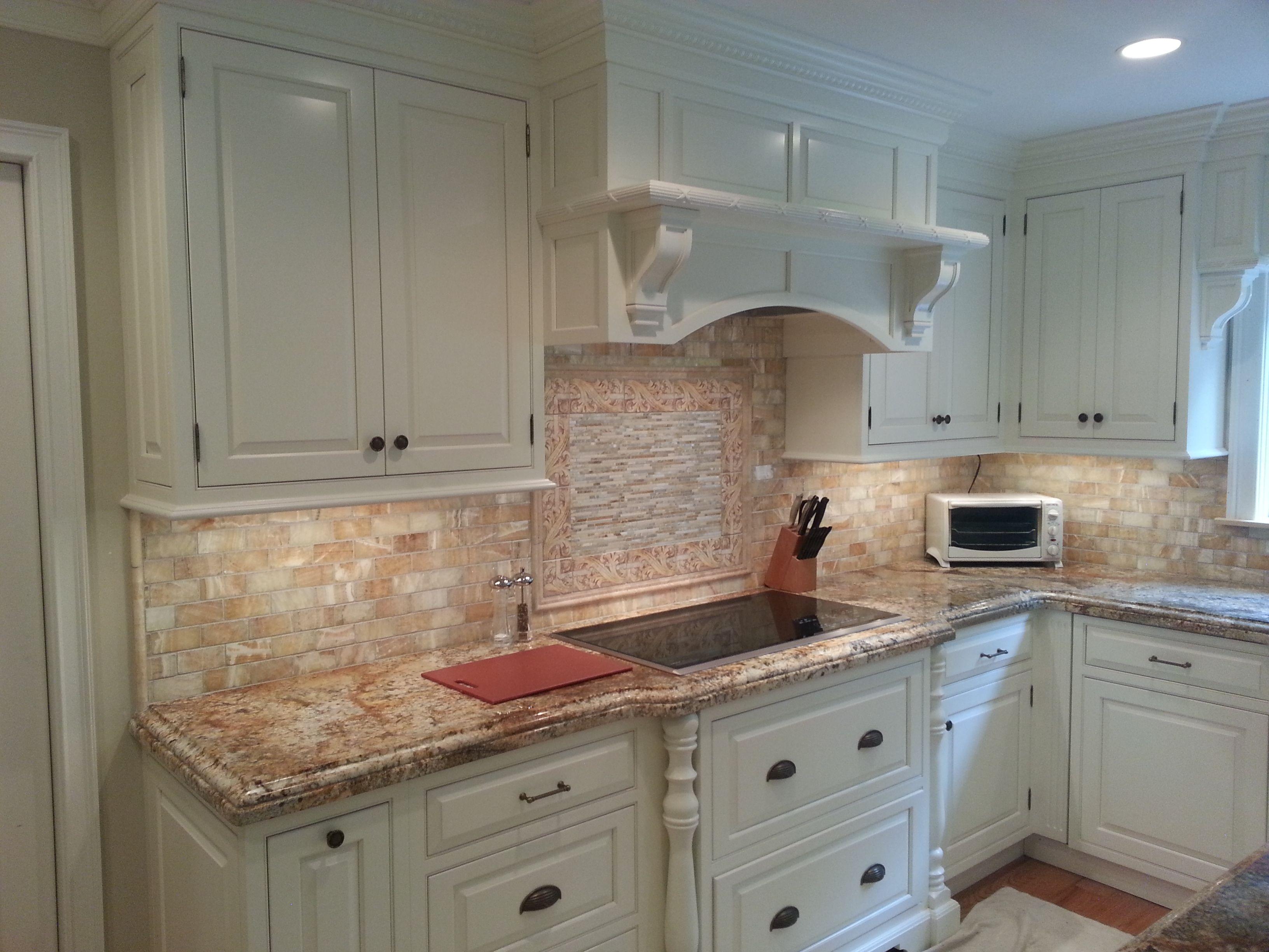 golden honey onyx backsplash tile. #backsplash #tile #whitekitchen