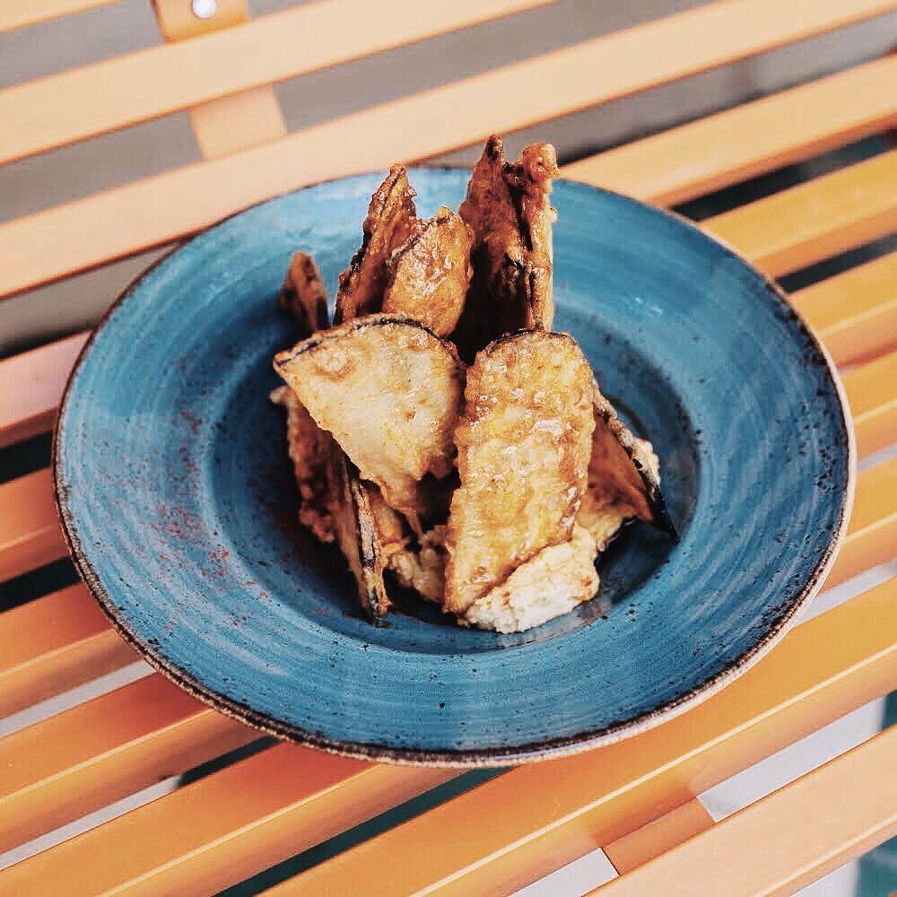 Comenzar El Puente Con Estas Berenjenas En Tempura Con Miel De Caña Y Hummus Perrachica Grupolarrumba Food Pork Meat