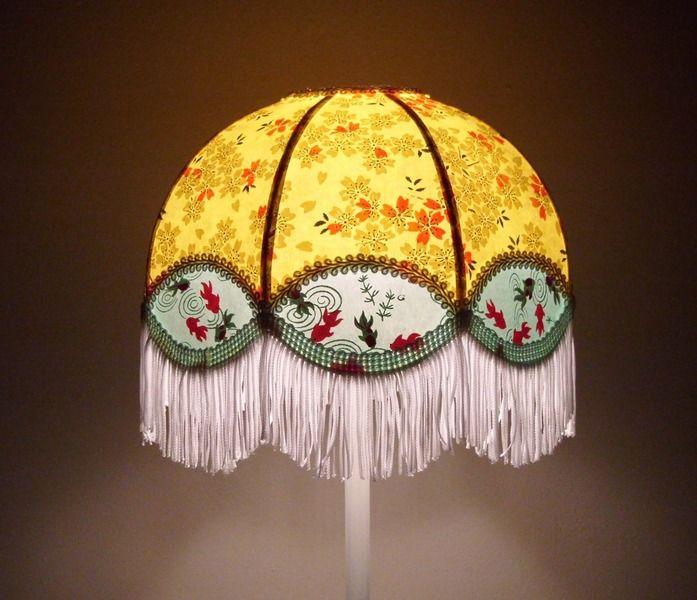 lampe de style r tro et romantique en papier japonais jaune et vert frange blanche pied m tal. Black Bedroom Furniture Sets. Home Design Ideas