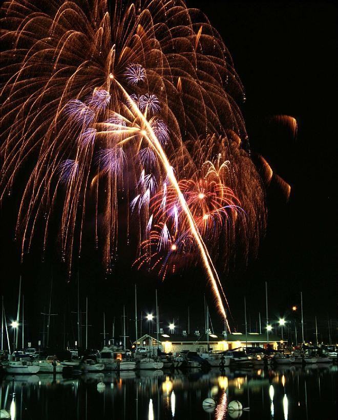 Watch The Friday Night Fireworks In Waikiki From Magic Island Ala Moana Park In Honolulu Hawaii Magic Island Fireworks Waikiki