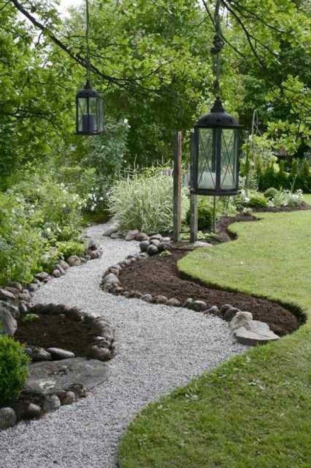 Tuin slingerpaadje door tuin met grind en grote stenen