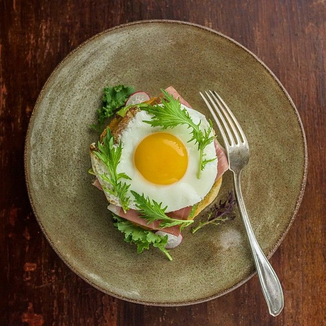 Egg, prosciutto & avocado on an English muffin. Great ingredients make simple dishes fantastic. Have an awesome Wednesday!!! (Beautiful ceramic plate by @mmclay_mmk)