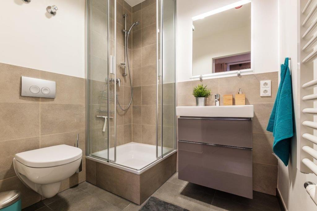 Ein stilvolles und modernes bad die kombination aus weiß und erdigen farbtönen ist sehr beliebt