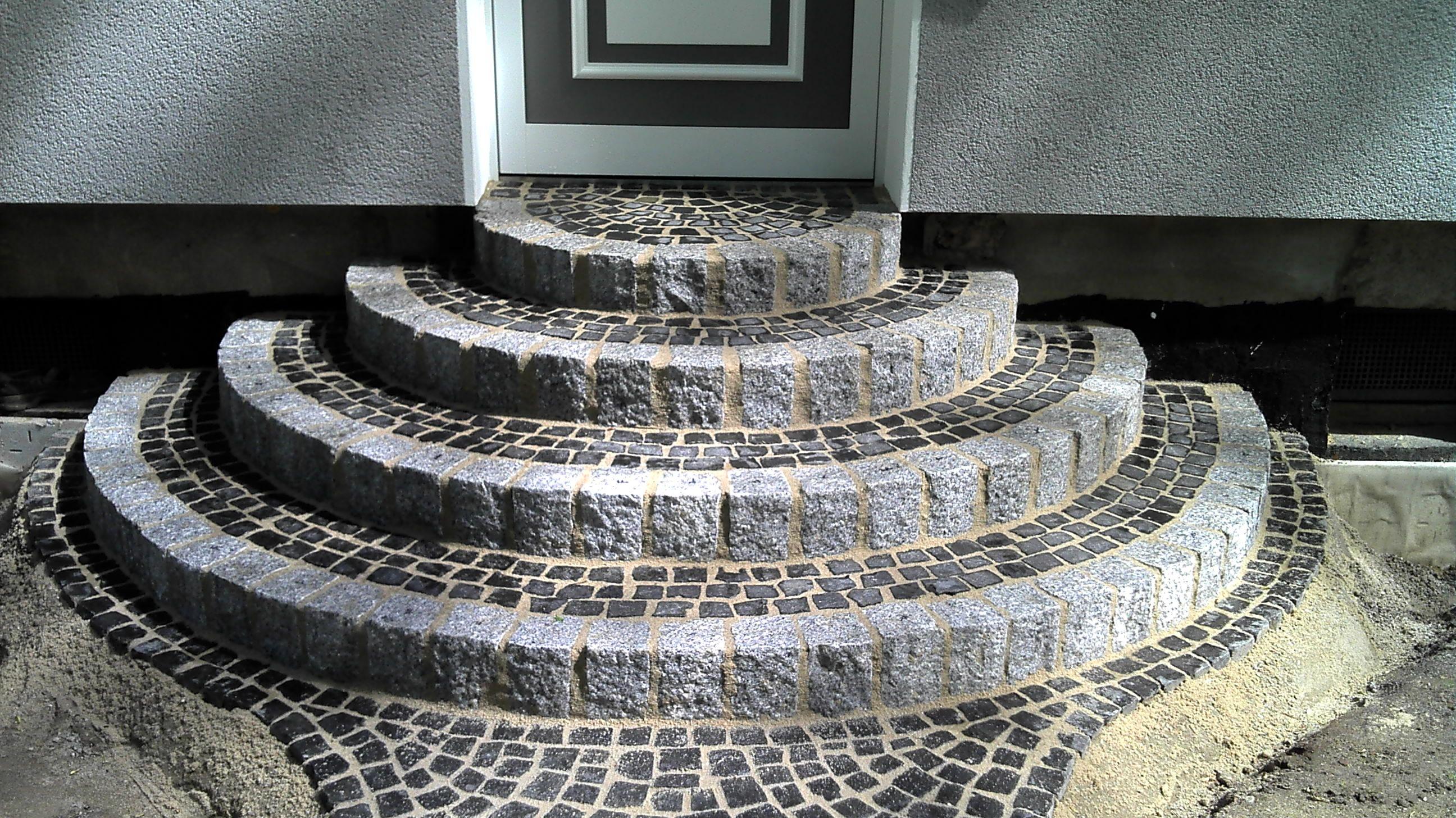Treppe mit Granitsteinen und Basaltpflaster #dekoeingangsbereichaussen