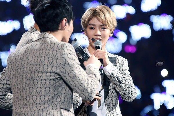 """""""Hoàng tử bé"""" Luhan và những khoảnh khắc còn mãi bên EXO 25"""