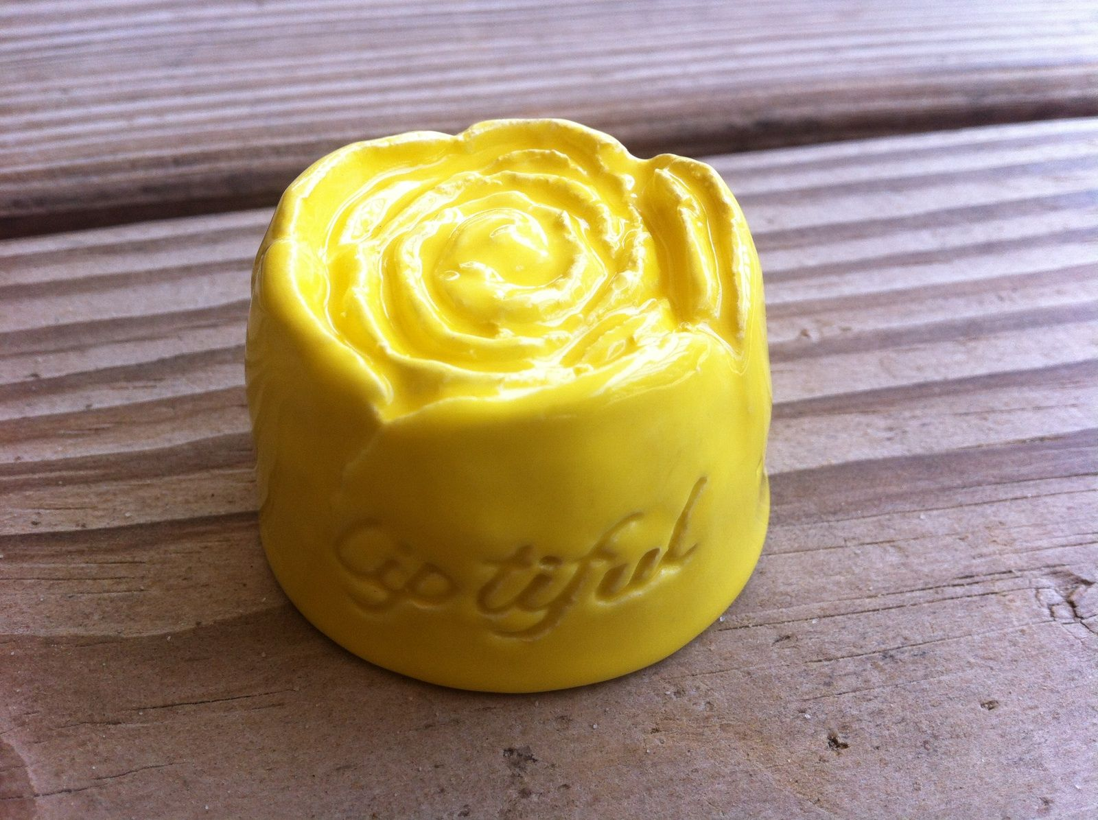 Liptiful. Medium?  Yellow or black rose. Or lips. Or heart.