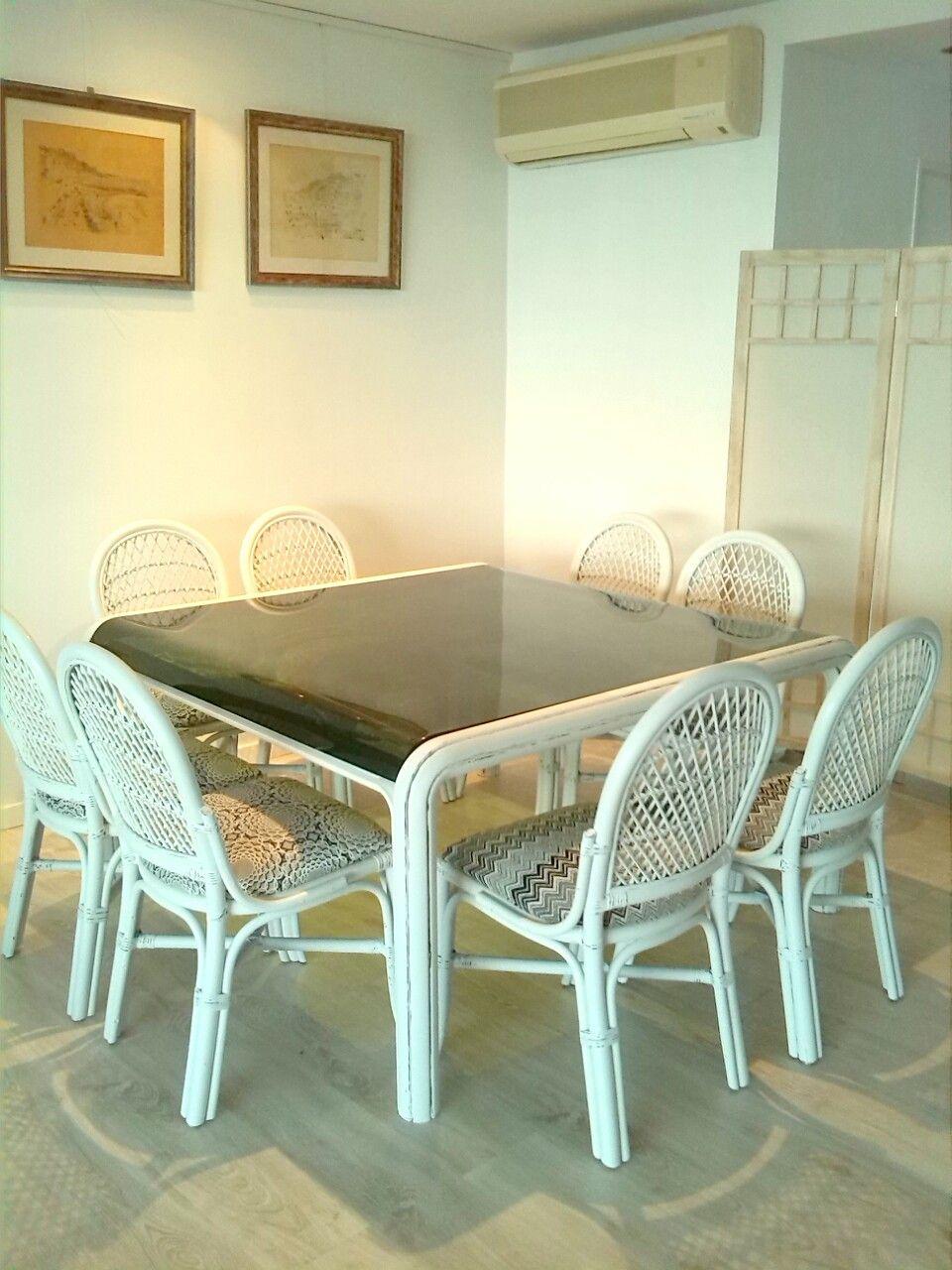 Mesa y sillas pintadas con chalk paint sillas tapizadas for Sillas con apoyabrazos tapizadas
