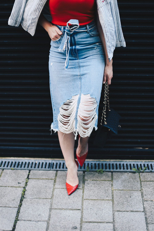 Midi Jeansrock mit Rissen, gestreifte Bomberjacke, rotes Shirt, Chanel Flap Bag…