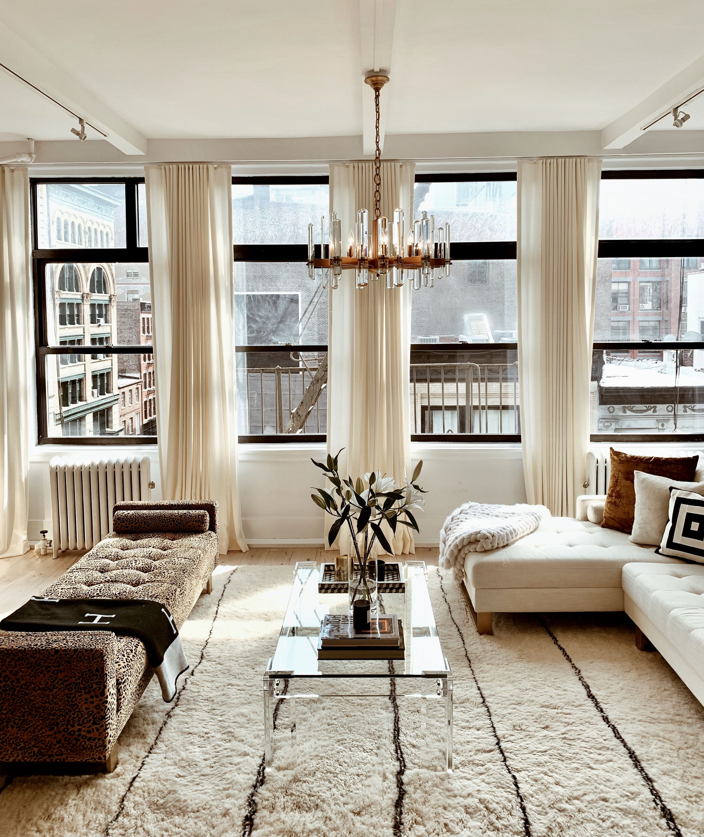 Fall In Love With Your Windows Living Room Windows Living Room Interior Apartment Aesthetic