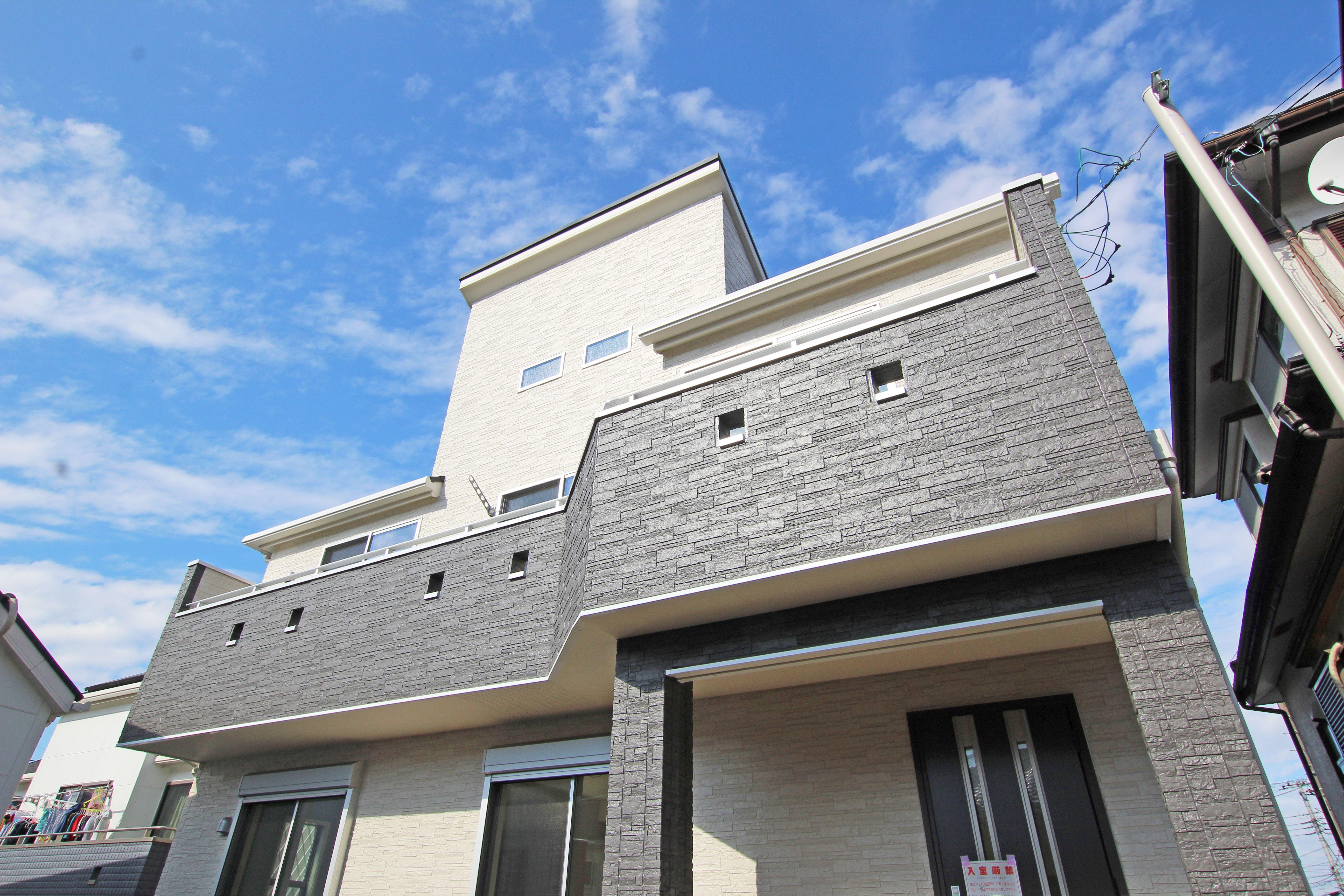 グレーの外壁が都会的な印象の外観 品のある佇まいと 充実した設備や