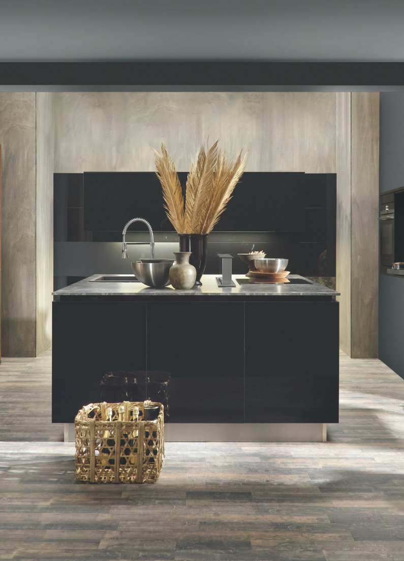 Schwarz, Schwarze Küche, Dunkle Küche, Dunkel, Hochglanz Küche, Marmor  Arbeitsplatte,